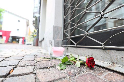 Kunden haben vor dem Toto-Lotto-Geschäft in der Paradiesgasse Kerzen angezündet und eine Rose abgelegt.  Foto: Eich