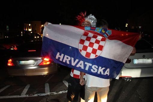 Vielerorts (wie hier auf dem Foto in Hechingen) feierten Kroatien-Fans ausgelassen, aber friedlich. In Stuttgart jedoch schlugen sie über die Stränge. Foto: Huger