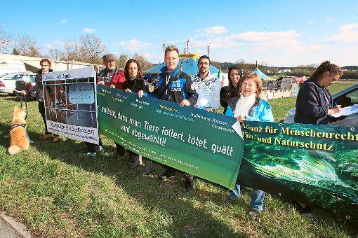 Die Tierschutzallianz protestierte mit Bannern und Flyern gegen Dressuren mit Wildtieren im Zirkus.  Foto: Reutter