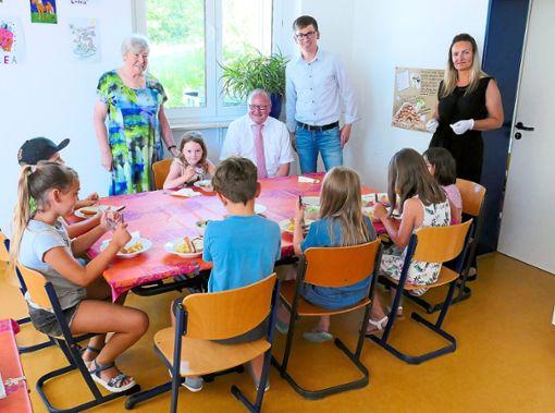 Gemeinsames Mittagessen an der Grundschule  Oberschwandorf  (hintere Reihe von links): Brigitte Wellhäuser,  Bürgermeister Andreas Hölzlberger, Benjamin Finis und Anja Wellhäuser.  Foto: Stadler Foto: Schwarzwälder Bote