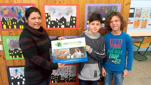 Lehrerin Stefanie Stenger (links) von der Iselin-Schule nimmt den Kalender Wilde Welten entgegen.  Foto: May Foto: Schwarzwälder-Bote