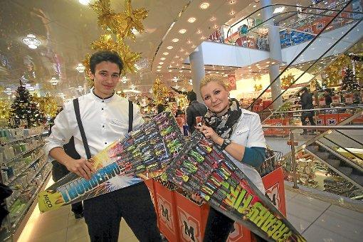 Größer,  lauter, bunter: Artur Heler und Olesja Kifel vom Drogeriemarkt Müller in Villingen präsentieren farbenfrohe Feuerwerksraketen aus ihrem umfangreichen  Sortiment. Auch dieses Jahr haben Pyro-Liebhaber wieder die  Qual der Wahl. Foto: Eich