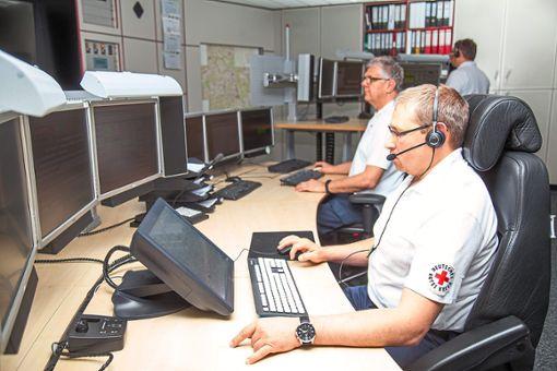 Fast ständig an der Strippe:  Die  Mitarbeiter der Integrierten Leitstelle in Balingen sind rund um die Uhr im Einsatz. 31000 Notrufe sind dort im vergangenen Jahr eingegangen.   Foto: DRK Foto: Schwarzwälder Bote