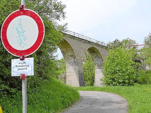 Kein Durchkommen zwischen Salinenmuseum und Neufraer Straße: Der Weg unter der Primtalbrücke ist gesperrt, bis die Bahn die bröckelnde Brücke abgesichert hat.                          Foto: Otto Foto: Schwarzwälder-Bote