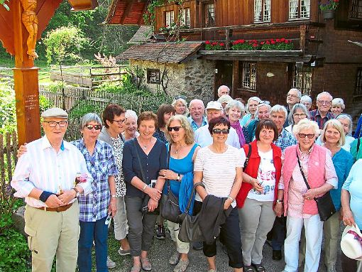 Schwarzwälder Handwerkskunst haben die Teilnehmer der Info-Fahrt des Fremdenverkehrsvereins bewundert.  Foto: Krautter-Morsch Foto: Schwarzwälder-Bote