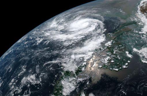 """Dieses Sattelitenfoto der National Oceanic and Atmospheric Administration (NOAA) zeigt den Zyklon """"Fani"""", der sich über dem Golf von Bengalen in Position bringt.) Foto: AFP"""