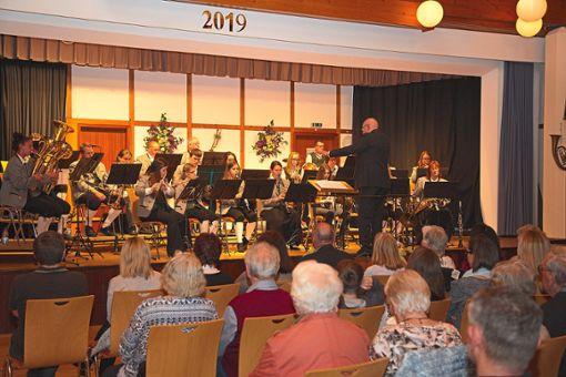 Für ein begeistertes Publikum spielte das Blasorchester des Musikvereins Dobel beim Konzert zum Muttertag.  Fotos: Helbig Foto: Schwarzwälder Bote