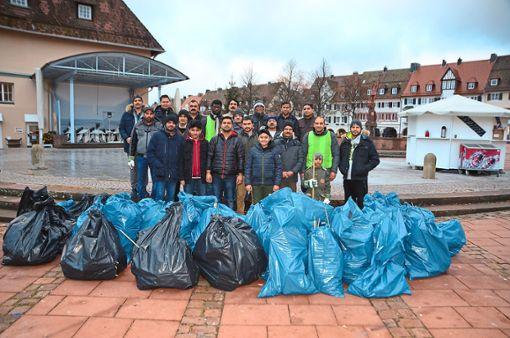 Mitglieder der Ahmadiyya Muslin Jamaat aus Freudenstadt, Horb, Nagold und Calw sammelten bereits zum fünften Mal auf dem Freudenstädter Marktplatz den Müll der Neujahrsnacht ein. Foto: Schwark
