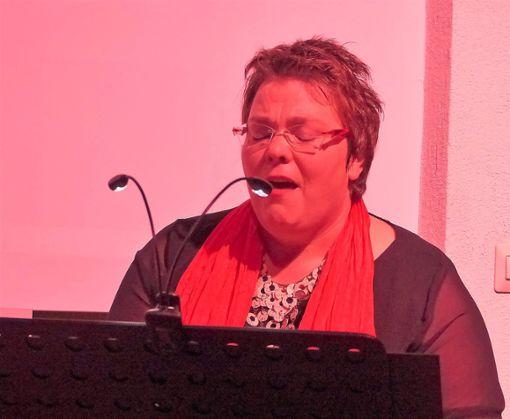 Karin Fu unterhielt das Publikum in Calw mit einer Mischung aus Lesung und Gesang.  Foto: Stöß Foto: Schwarzwälder Bote