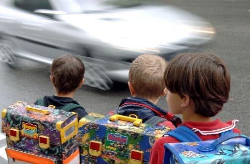 Augen auf beim Überqueren der Straße: In Freudenstadt ist ein Junge von einem Auto erfasst und leicht verletzt worden. (Symbolfoto) Foto: dpa