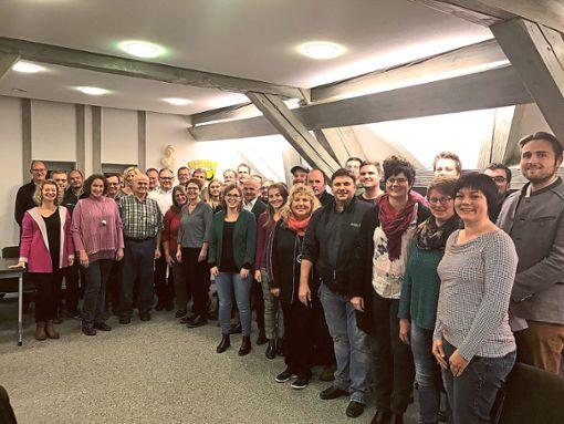 Nach dem ersten Treffen der Teilnehmer an Rosenfeld live im Sitzungssaal des  Rathauses  stellen sich alle zum Gruppenbild auf.   Foto: Kipp Foto: Schwarzwälder Bote