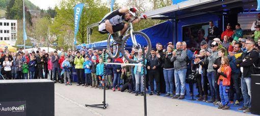 Bei der Show des Trial-Weltmeisters Hannes Herrmann hielten die Zuschauer beim Mountainbike Weltcup in Albstadt den Atem an.   Foto: Eyrich