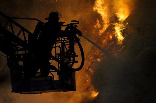 Gleich zu drei Bränden musste die Feuerwehr in Bonndorf in der Nacht auf Mittwoch ausrücken. (Symbolfoto) Foto: dpa