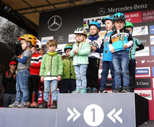 Die Erstplatzierten unter den Älteren (links) durften aufs Treppchen – die Jüngeren durften alle oben stehen bei der Siegerehrung nach den Miniflitzer-Rennen.   Foto: Eyrich
