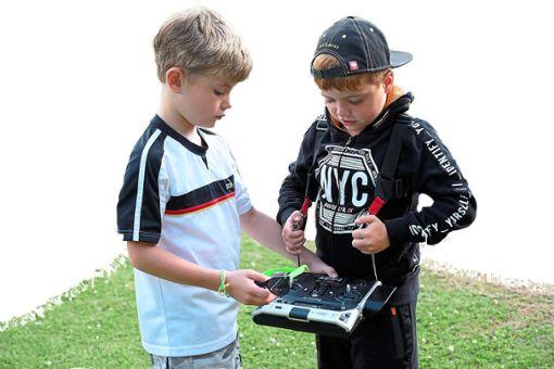Magnus und Carl beherrschen den Steuerknüppel schon. Foto: Schwarzwälder Bote