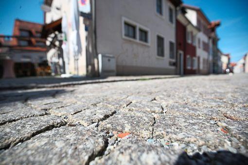 Ein Ende der Holperstrecke ist in Sicht: Die Stadt nimmt einen zweiten Anlauf für die  Sanierung     der Straßenoberfläche in   der Rosengasse in Villingen.  Foto: Eich Foto: Schwarzwälder Bote