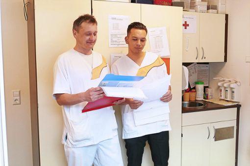 Mehran Azzizi (rechts) bespricht  sich im Dienstzimmer im Haus Waldruh mit seinem Kollegen Robert Wagner.  Foto: Härtel Foto: Schwarzwälder Bote