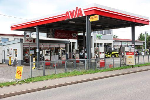 Ein Unbekannter hat die Avia-Tankstelle in Eutingen überfallen – ein Tag danach  ist nichts Verdächtiges festzustellen. Foto: Feinler