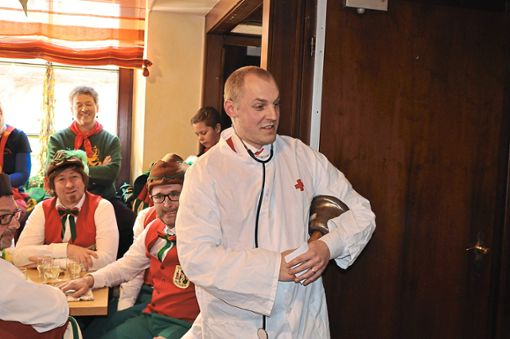 Als Arzt prüfte Büttel Tobias Rauber Bürgermeister Philipp Saar auf Herz und Nieren. Foto: Kleinberger
