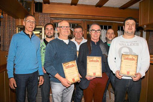 Die SVW-Vorsitzenden Martin Kuhn (links) und Alexander Ott (Zweiter von rechts) gratulieren Reinhard Gerster (von links), Gernot Reich, Timo Schmid, Konrad Ott und Pascal Reich.  Foto: Trik Foto: Schwarzwälder Bote