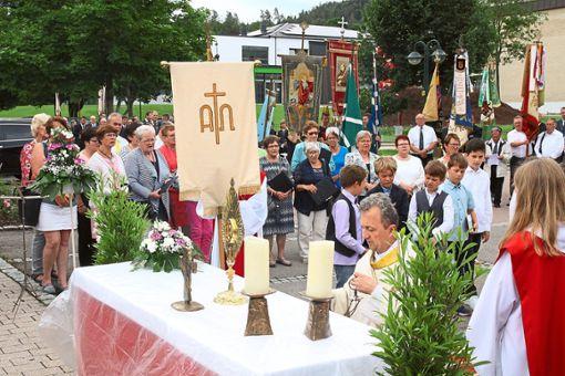Gemeinsam mit Pater Erwin feierten die Katholiken in Rangendingen Fronleichnam.   Foto: Beiter Foto: Schwarzwälder Bote