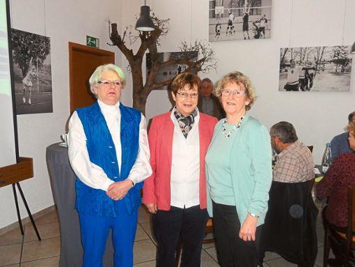 Die Geehrten Karin Jackson, Margharete Petzsche und Leonie Maier (von links) freuen sich auf weitere Jahre im Gechinger Schwarzwaldverein.   Foto: Schillaci Foto: Schwarzwälder Bote