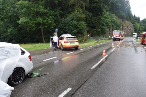Nach dem tödlichen Unfall, bei dem am Montag in Schiltach ein Familienvater im Auto durch einen herabfallenden Baum getötet wurde, schwebt nun eines der Kinder in Lebensgefahr. Foto: Sum