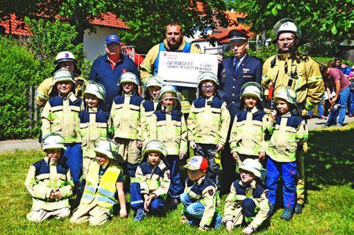 Früh übt sich: Nicht nur die Feuerwehrleute der Abteilung Hossingen übten am Kindergarten, auch die Kinder der Bambinigruppe Löschkids zeigten, was sie schon können. Für die Nachwuchsarbeit ihrer Löschkids spendete die Abteilung 200 Euro.   Foto: Lissy Foto: Schwarzwälder Bote