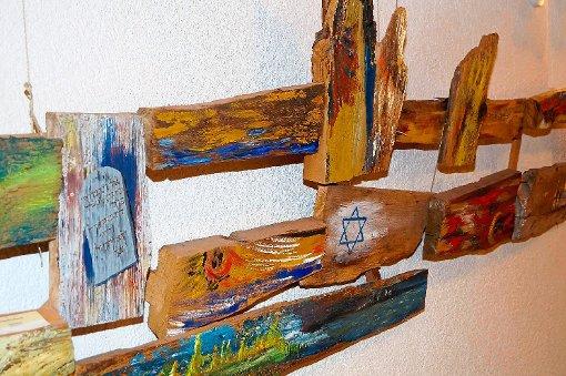 2000 Jahre Jerusalem: Das Werk wurde als eine gemeinsame Arbeit von Künstlern des Künstlerkreises Unterkirnach geschaffen. Es hängt im Altarraum der evangelischen Kirche.  Foto: Schlenker Foto: Schwarzwälder-Bote