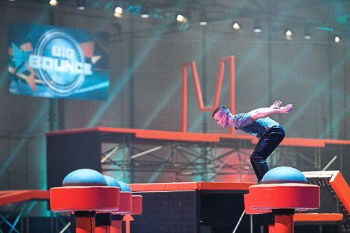 Der Schonacher Leistungsturner Nino Kienzler  stellt sich mit Schwung den körperlichen und emotionalen Herausforderungen bei der neuen Trampolin-Show Big Bounce. Foto: RTL