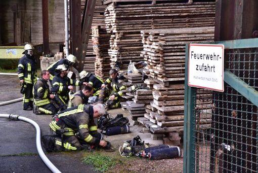 Dank des schnellen Eingreifens der Wehr konnte ein Ausbreiten des Feuers verhindert werden.  Foto: Roland Sprich