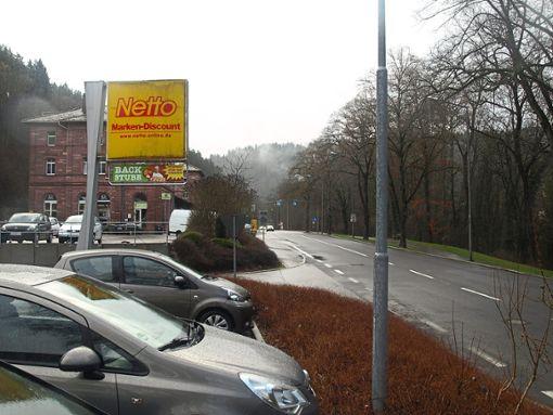 Hier wird die Straße wieder zur Baustelle: Ab der Abzweigung zum Discounter Netto muss saniert werden. Foto: Archiv-Foto: Klormann