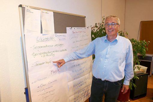 Dekan Wolfgang Rüter-Ebel zeigt sich erfreut über die Arbeitsergebnisse anlässlich der Visitation.    Foto: Klatt Foto: Schwarzwälder Bote
