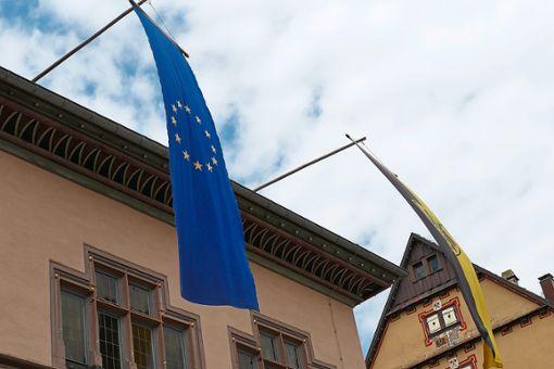 Die Europawahl hat viele Menschen im Kreis an die Urnen gelockt. Hier die Fahne vor dem Alten Rathaus in Rottweil.  Foto: Otto
