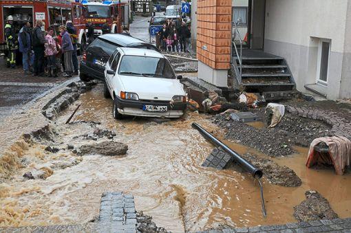 Das Unwetter am 15. Mai 2009 richtete in Gechingen große Schäden an. Diese Autos wurden mitgerissen. Foto: Reinhold Gehring/Feuerwehr Gechingen