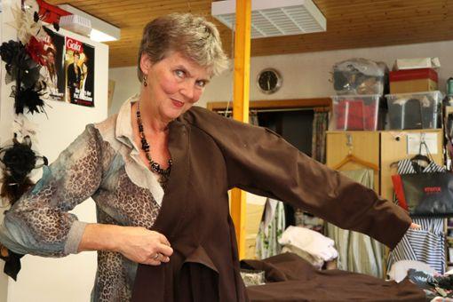 Bettina Pflumm schneidert das Häs für die neue Narrenfigur Wessinger Goisbock. Bis Weihnachten muss sie mit dem närrischen Kleidungsstück fertig sein.    Fotos: Kauffmann Foto: Schwarzwälder Bote