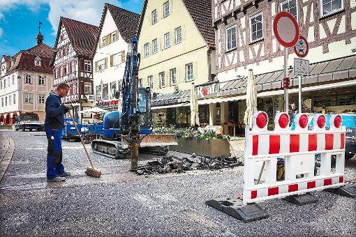 In der Marktstraße werden derzeit die Poller eingebaut, die   Nagolds   gute Stube an den Wochenenden für die Durchfahrt sperren werden. Über Jahre hatte man sich mit Schildern und Barken beholfen. Foto: Fritsch