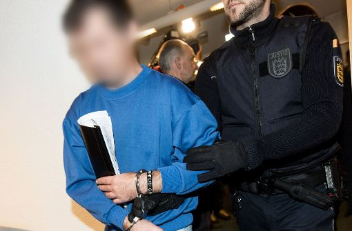 Der Angeklagte steht in Freiburg vor Gericht. Foto: dpa