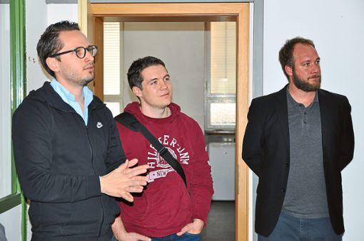 Aus dem Alltag eines Coworkers berichteten Pascal Anders (von links), Jérôme Klausmann und Sebastian Spannagl (linkes Bild). Das helle    Coworking Space im ZIG hat neben zwei Büroräumen einen Gemeinschaftsraum und eine kleine Küche. Foto: Schwarzwälder Bote
