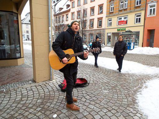 Auch in der Kälte bei minus zwei Grad macht es Spaß, Straßenmusik zu machen und Songs wie Blue Suede Shoes von Elvis Presley oder Norwegian Wood von den Beatles zu spielen.   Fotos: Riesterer Foto: Schwarzwälder Bote