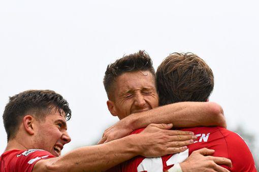 Sascha Eisele (oben Mitte) freut sich nach dem 2:1-Siegtreffer gegen den 1. FC Saarbrücken.   Foto: Eibner