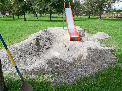 Vermutlich Kinder haben ein großes Loch auf dem Spielplatz in Wiesenstetten gegraben.  Foto: Gemeindeverwaltung
