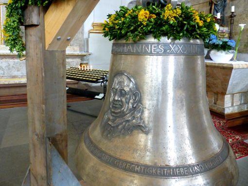 Die Glocke in der Stiftskirche zeigt Papst Johannes XXIII. Allerdings steht darüber, es sei Papst Johannes XXXIII.    Foto: Merk