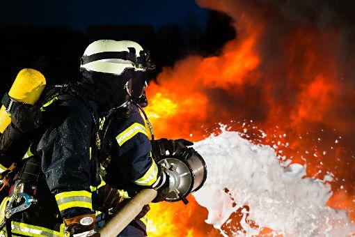 Die Feuerwehr löscht den Brand. (Symbolbild) Foto: Schabel