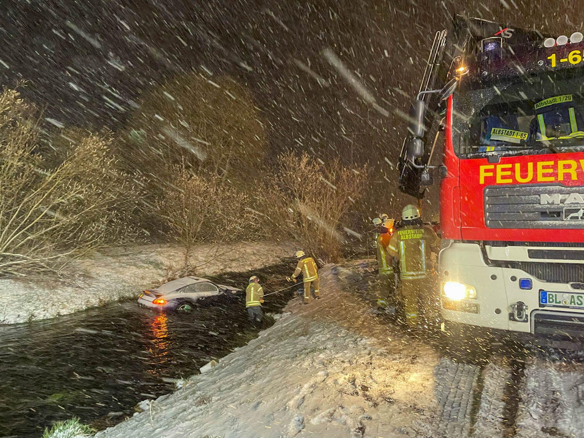 Mit Porsche in die SchmiechaUnfall auf B 463 zwischen Ebingen und Straßberg