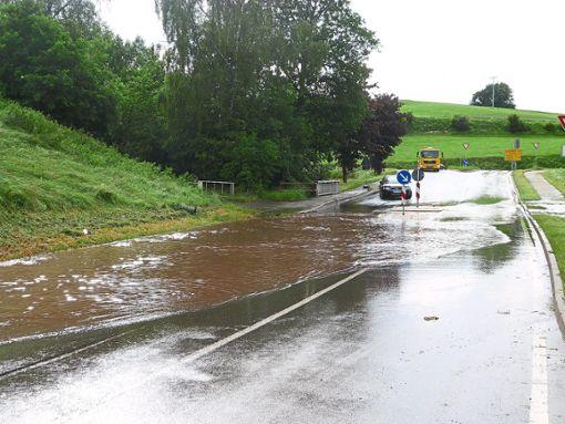 Heftige Regenfälle richteten in Waldachtal am Dienstag Chaos und Zerstörung an.  Fotos: Schülke/Wagner Foto: Schwarzwälder Bote