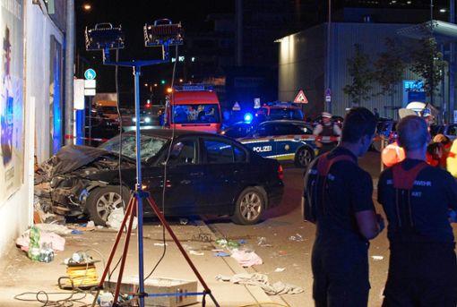 Der Autofahrer verlor die Kontrolle und raste auf den Gehweg. Foto: Andreas Rosar/dpa