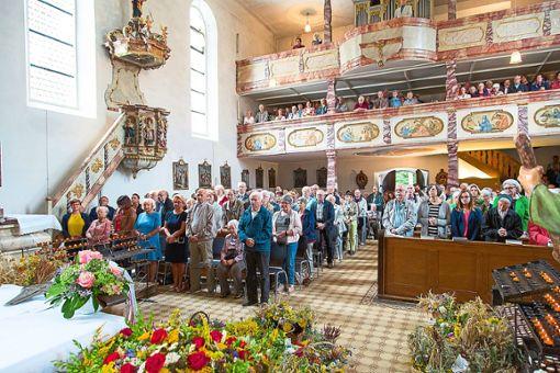 Viele Gläubige sind an Mariä Himmelfahrt  in die Palmbühl-Kirche zum Festgottesdienst gekommen. Sie haben auch Blumen und Kräuter segnen lassen.   Fotos: Deregowski Foto: Schwarzwälder Bote