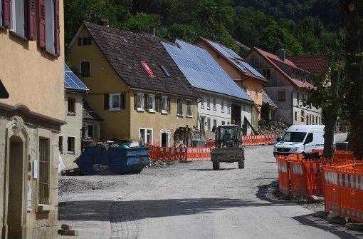 In Braunsbach sind die Nachwehen der Unwetterkatastrophe noch zu sehen. Foto: dpa