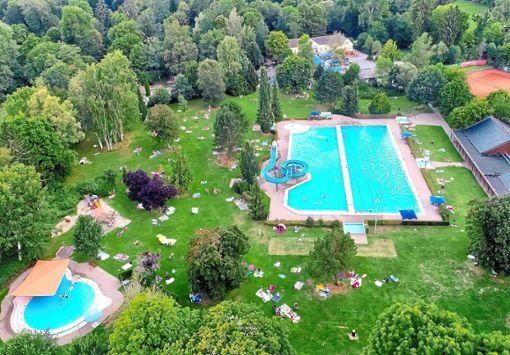 Idyllisch liegt das Parkschwimmbad im Schlosspark. Doch auch an ihm nagt der Zahn der Zeit.  Foto: Müller